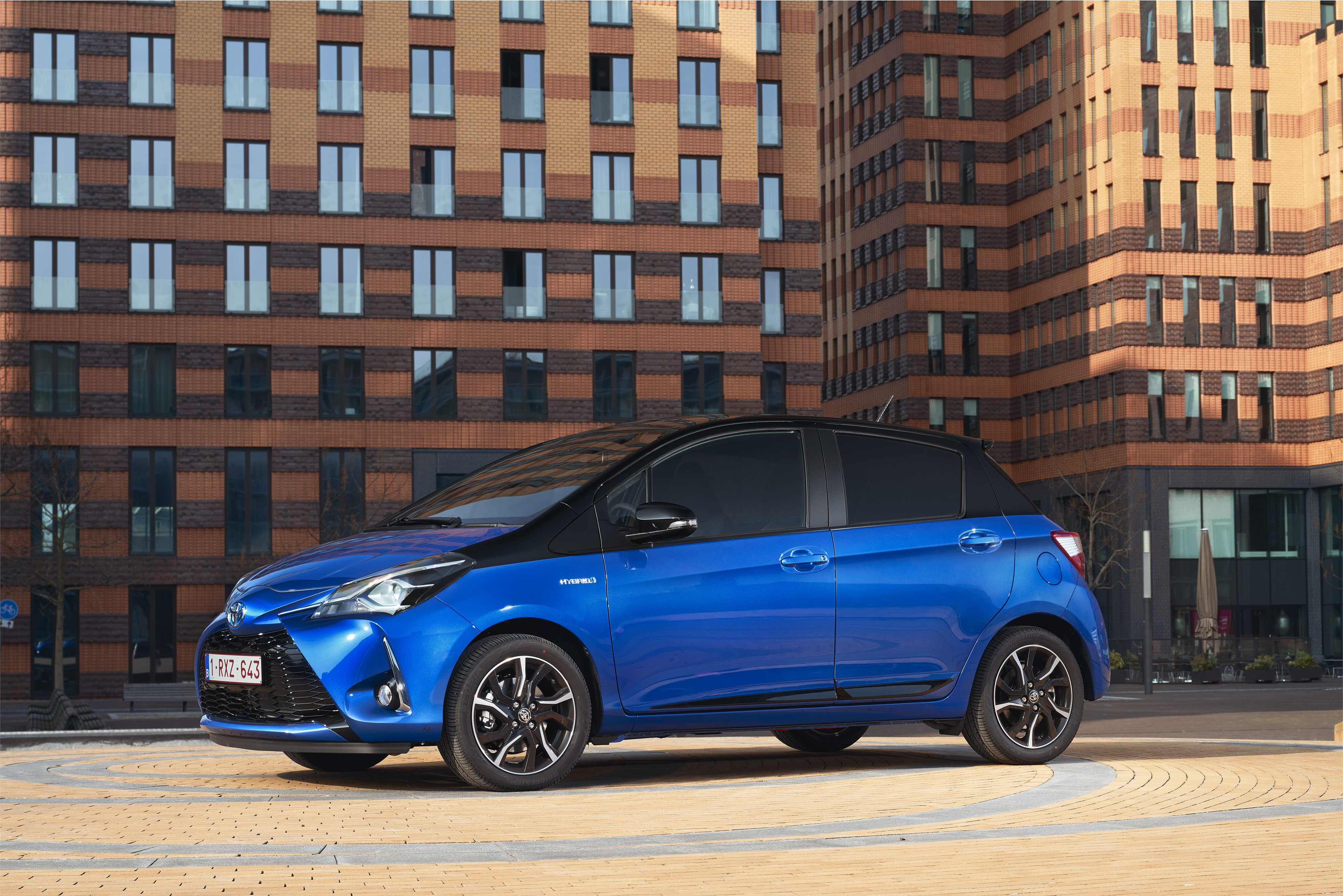 2017 toyota yaris on the way changing lanes. Black Bedroom Furniture Sets. Home Design Ideas