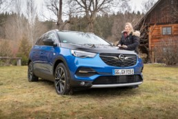 Caroline and the new Opel Grandland X Hybrid4!